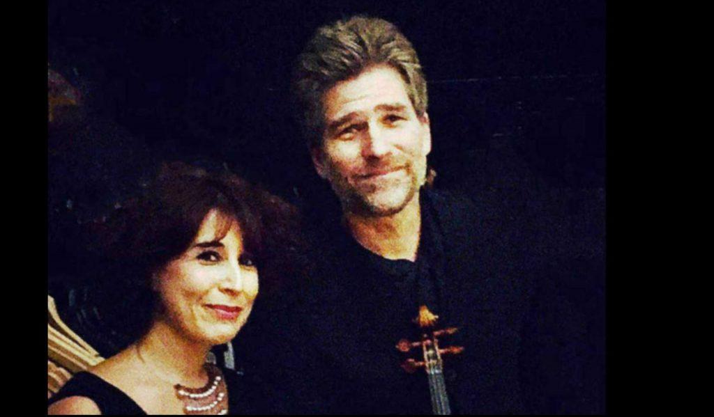 Une femme et un homme regardent dans notre direction avec un léger sourire